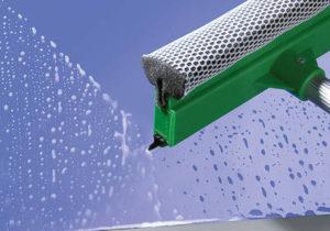 Opcjonalne przeszklenia Przeszklenie Duratec zachowuje wysoką odporność na zarysowania mimo silnych obciążeń mechanicznych związanych z eksploatacją w środowisku przemysłowym. Specjalna powłoka zewnętrzna chroni szybę przed zarysowaniami i śladami czyszczenia. Izolowane bramy z profili o grubości 67 mm posiadają 3-szybowe przeszklenia osadzone w aluminiowych ramach z przegrodą termiczną. Izolowane bramy z profili o grubości 42 mm są dostarczane z przeszkleniem 2-szybowym. Listwy mocujące przeszklenie po stronie wewnętrznej umożliwiają łatwą i szybką wymianę uszkodzonych szyb.